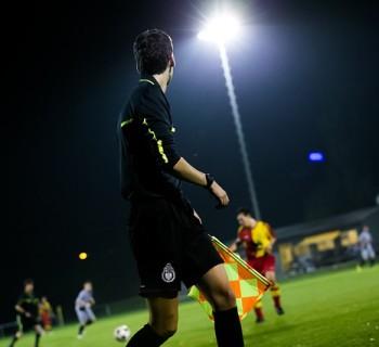 Juez de linea arbitrando un partido de fútbol